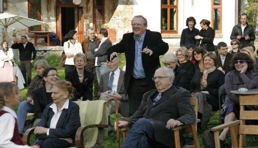 Goście - między innymi Julia Hartwig, Marek Skwarnicki, Adam Michnik, DanutaKuroniowa - słuchają wierszy. Fot. Grzegorz Kozakiewicz